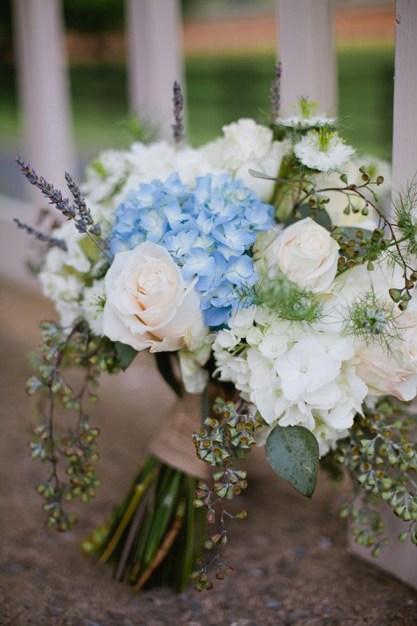 hortensien-blau-weiss-rosen-lavendel-brautstrauss